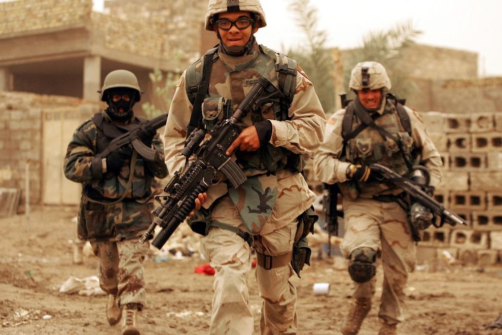 13.IRAK, Ramadi, 24 stycznia 2005: Iracko-amerykański patrol na przedmieściach Ramadii. (Foto:  Joe Raedle/Getty Images)