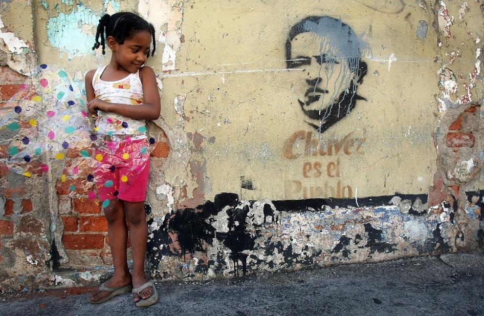 13.WENEZUELA, Caracas, 1 grudnia 2007: Dziewczynka obok graffiti z podobizną Hugo Chaveza w przeddzień  referendum konstytucyjnego. (Foto: Mario Tama/Getty   Images)