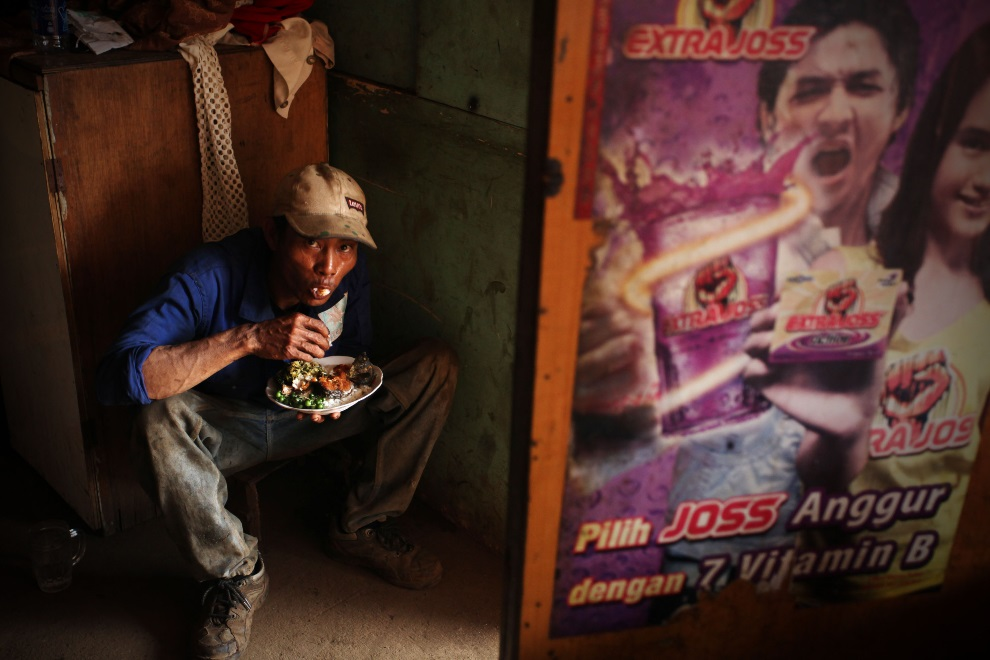 13.IDONEZJA, Cilincing, 23 MARCA 2010: Pracownik stoczni podczas przerwy obiadowej. (Foto: Ulet Ifansasti/Getty Images)