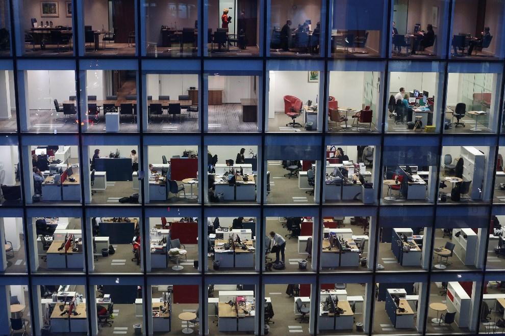 14.WIELKA BRYTANIA, Londyn, 9 lutego 2013: Jeden z biurowców w centrum miasta, po zapadnięciu zmroku. (Foto: Oli Scarff/Getty Images)