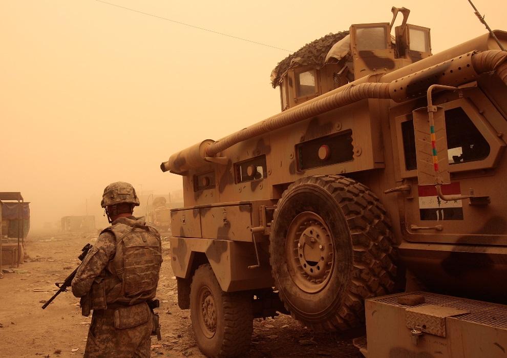 14.IRAK, Bagdad, 25 maja 2008: Amerykański żołnierz na opuszczonym targu, który był arena zaciekłych walk. (Foto:  Chris Hondros/Getty Images)