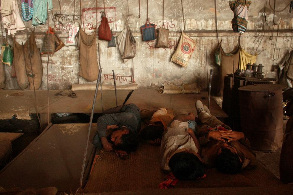 14.BANGLADESZ, Dhaka, 20 lipca 2008: Pracownicy huty podczas przerwy w pracy. (Foto: Spencer Platt/Getty Images)