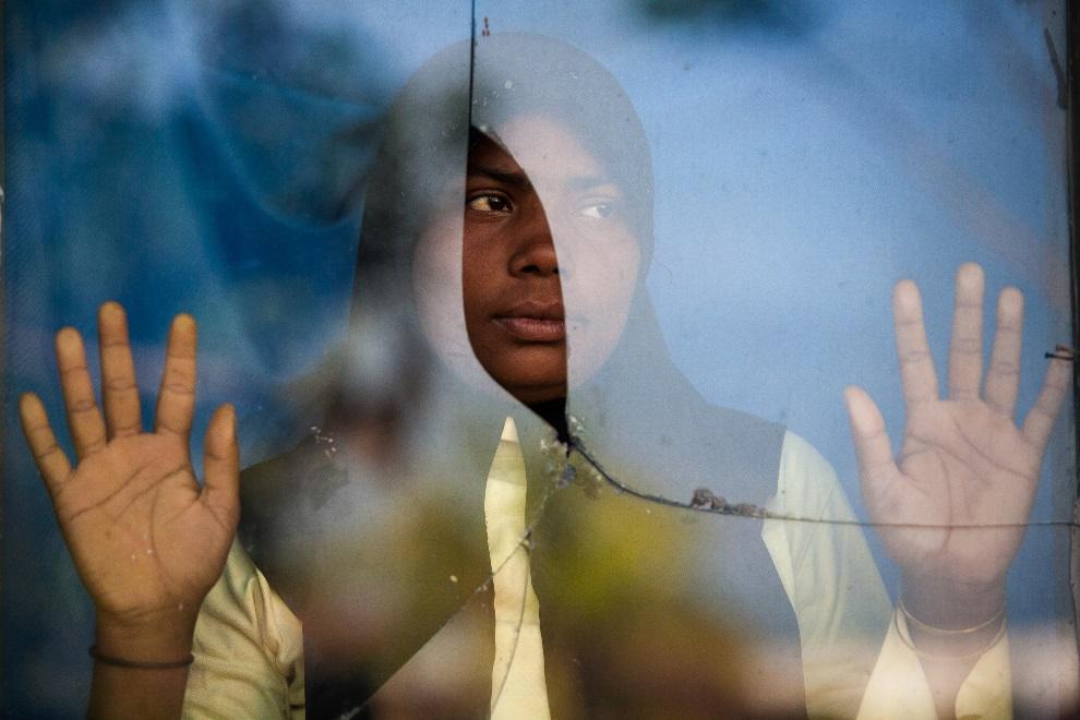 15.INDONEZJA, Langsa, 2 marca 2013: Kobieta przebywająca w obozie dla uchodźców, uratowana przez indonezyjskich rybaków. AFP PHOTO / CHAIDEER MAHYUDDIN