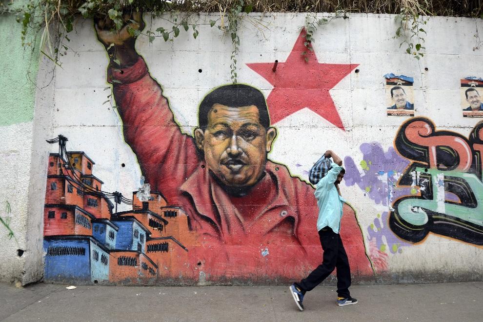 15.WENEZUELA, Caracas, 1 stycznia 2013: Mural z podobizną Hugo Chaveza w centrum Caracas. AFP PHOTO/LEO RAMIREZ