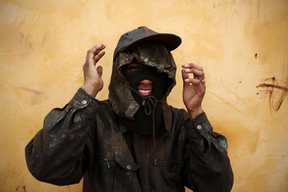15.IDONEZJA, Cilincing, 23 MARCA 2010: Mężczyzna pracujący w stoczni. (Foto: Ulet Ifansasti/Getty Images)
