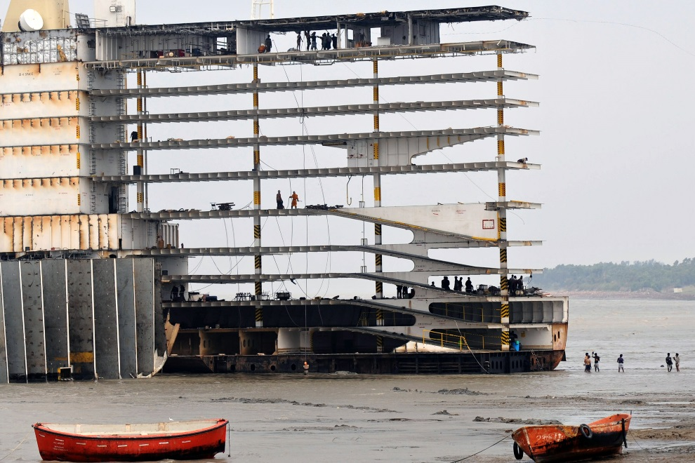 16.BANGLADESZ, Shitakundo, 19 kwietnia 2009: Pokłady statku odsłonięte podczas procesu  złomowania. AFP PHOTO / FILES / Munir uz ZAMAN