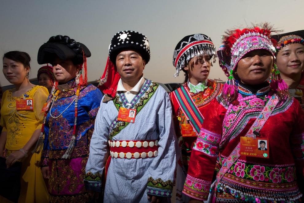 16.CHINY, Pekin, 5 marca 2013: Delegaci mniejszości etnicznych uczestniczący w obradach  Ogólnochińskiego Zgromadzenia Przedstawicieli Ludowych. AFP PHOTO / Ed   Jones