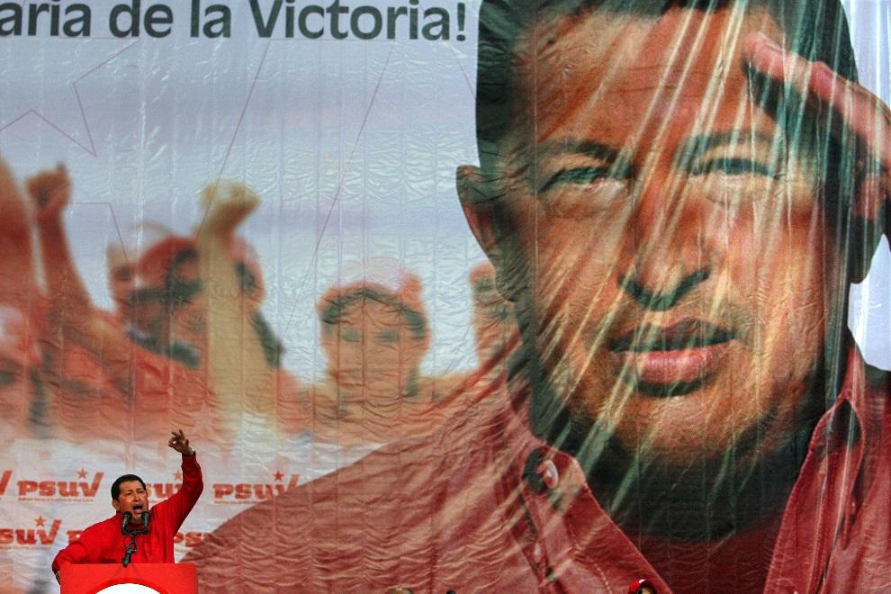 16.WENEZUELA, Caracas, 18 listopada 2008: Hugo Chavez podczas wystąpienia w trakcie kampanii wyborczej. AFP PHOTO / THOMAS COEX