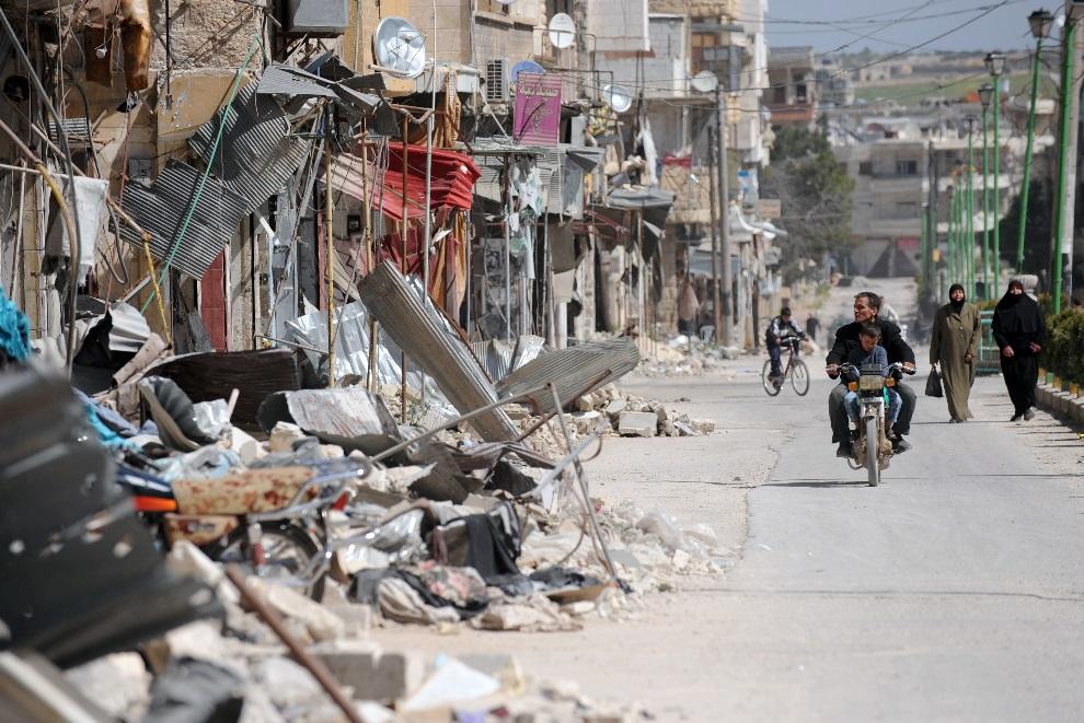 16.SYRIA, Maarat Al-Numan, 20 marca 2013: Zniszczona ulica w Maarat al-Numan. AFP PHOTO/BULENT KILIC
