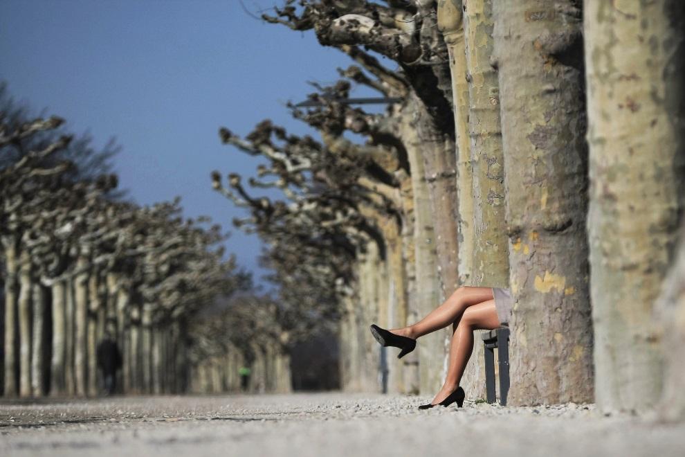 17.NIEMCY, Mainz, 5 marca 2013: Kobieta na ławce w parku w wiosenny, słoneczny dzień. AFP PHOTO / FREDRIK VON ERICHSEN