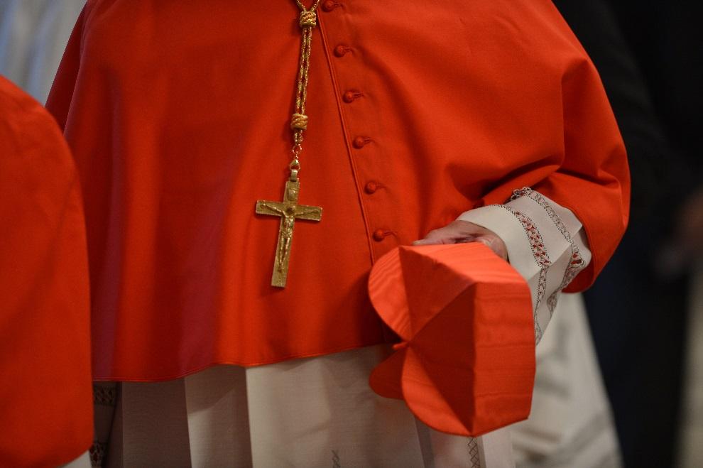 17.WATYKAN, 12 marca 2013: Jeden z kardynałów uczestniczących w konklawe. AFP PHOTO / GABRIEL BOUYS