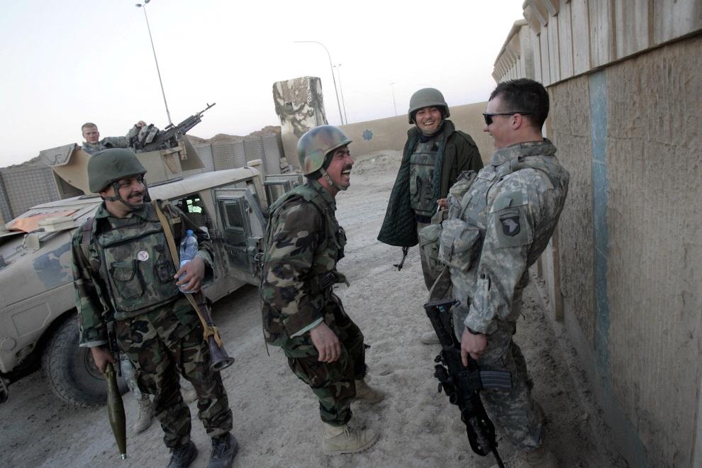 17.IRAK, Ramadi, 23 lutego 2006: Uczestnicy wspólnego iracko-amerykańskiego patrolu. AFP PHOTO/DAVID FURST