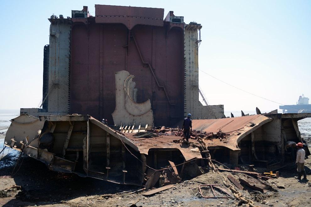 17.INDIE, Mithi Virdi, 4 marca 2013: Pracownicy zatrudnieni przy złomowaniu w stoczni Sosiya-Alang. AFP PHOTO / Sam PANTHAKY