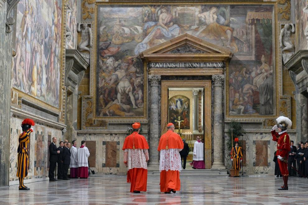 18.WATYKAN, 12 marca 2013: Kardynałowie zmierzający do Kaplicy Sykstyńskiej. AFP PHOTO/OSSERVATORE ROMANO