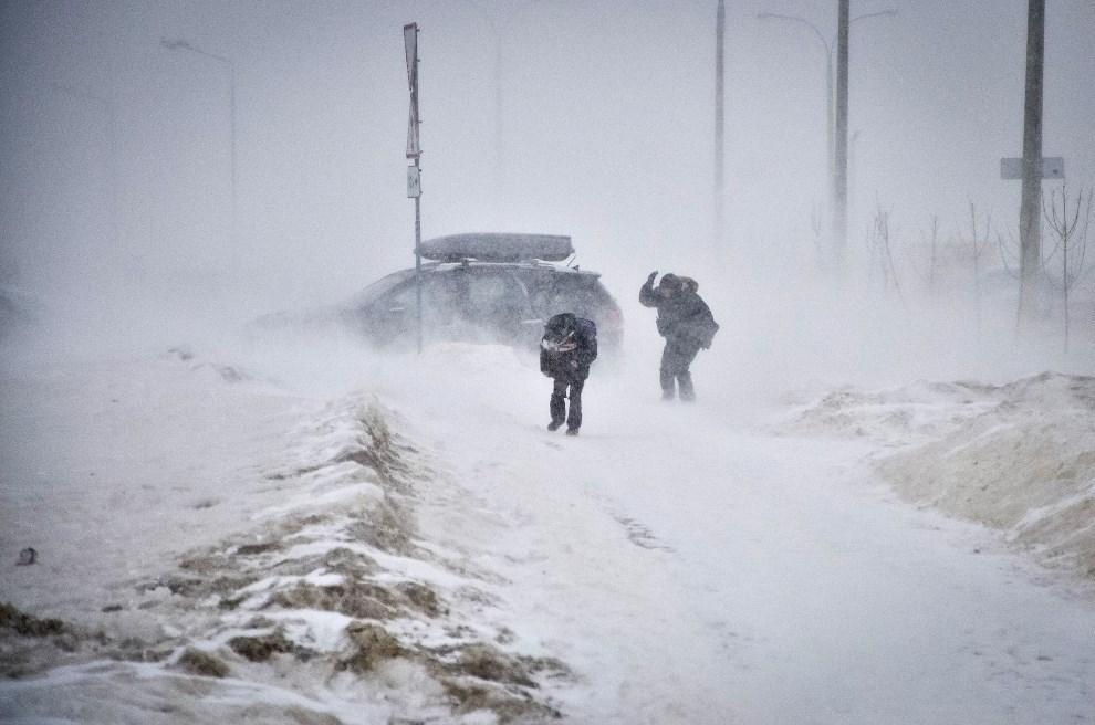 18.BIAŁORUŚ, Mińsk, 15 marca 2013: Zamieć śnieżna w Mińsku. AFP PHOTO/ ALEXEY GROMOV