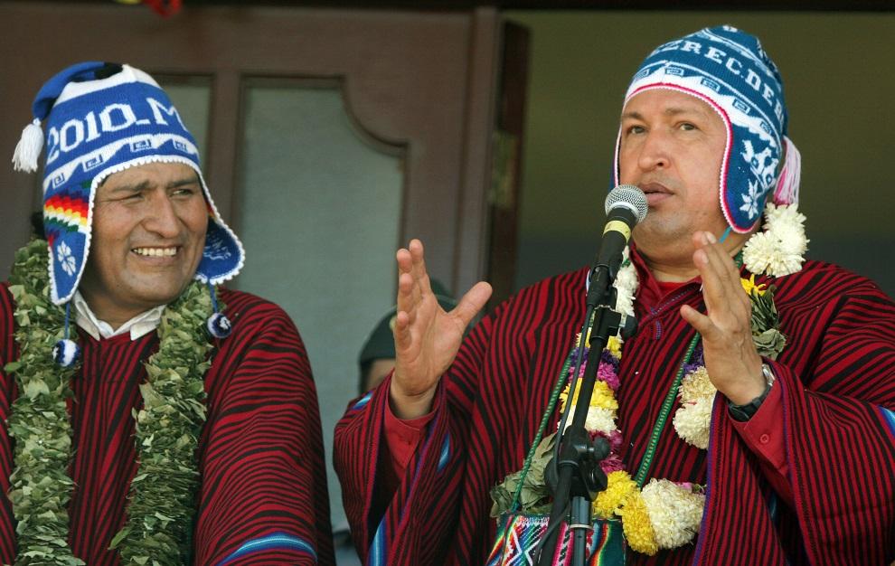 18.BOLIWIA, Chimore, 26 maja 2006: Evo Morales (po lewej) i Hugo Chavez (po prawej) podczas spotkania w Chimore. AFP PHOTO AIZAR RALDES