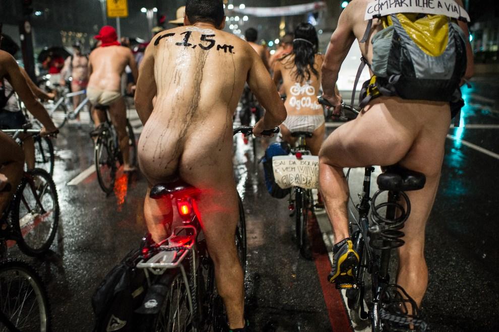 19.BRAZYLIA, Sao Paulo, 9 marca 2013: Nadzy rowerzyści , uczestnicy corocznego protest przeciw dyskryminowaniu rowerzystów. AFP PHOTO/Yasuyoshi CHIBA
