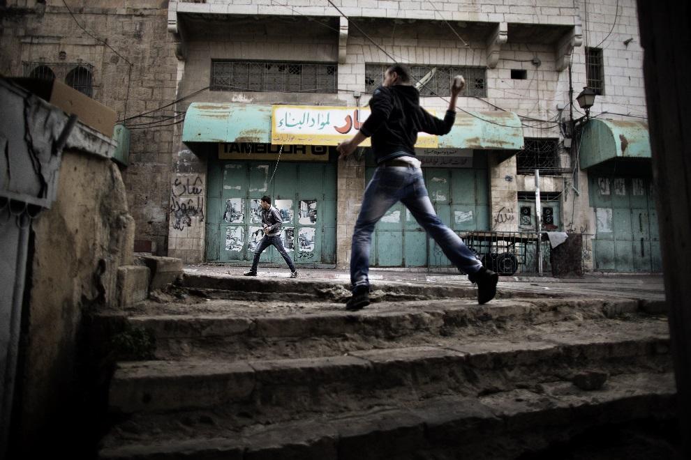 19.ZACHODNI BRZEG, Hebron, 1 marca 2013: Palestyńczycy w trakcie starć z izraelskimi żołnierzami. AFP PHOTO/MARCO LONGARI