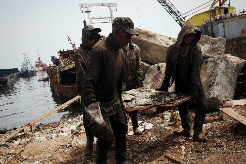 19.IDONEZJA, Cilincing, 23 MARCA 2010: Pracownicy stoczni przenoszą stalowy element ze złomowanej jednostki. (Foto: Ulet Ifansasti/Getty Images)