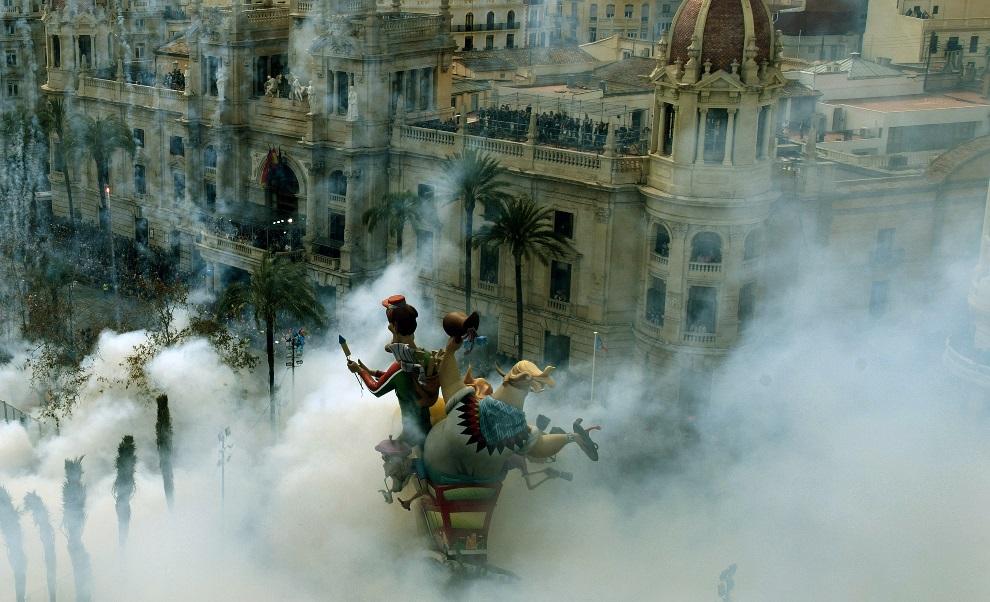 1.HISZPANIA, Walencja, 17 marca 2013: Ratusz w Walencji w dymie sztucznych ogni. AFP PHOTO / JOSE JORDAN