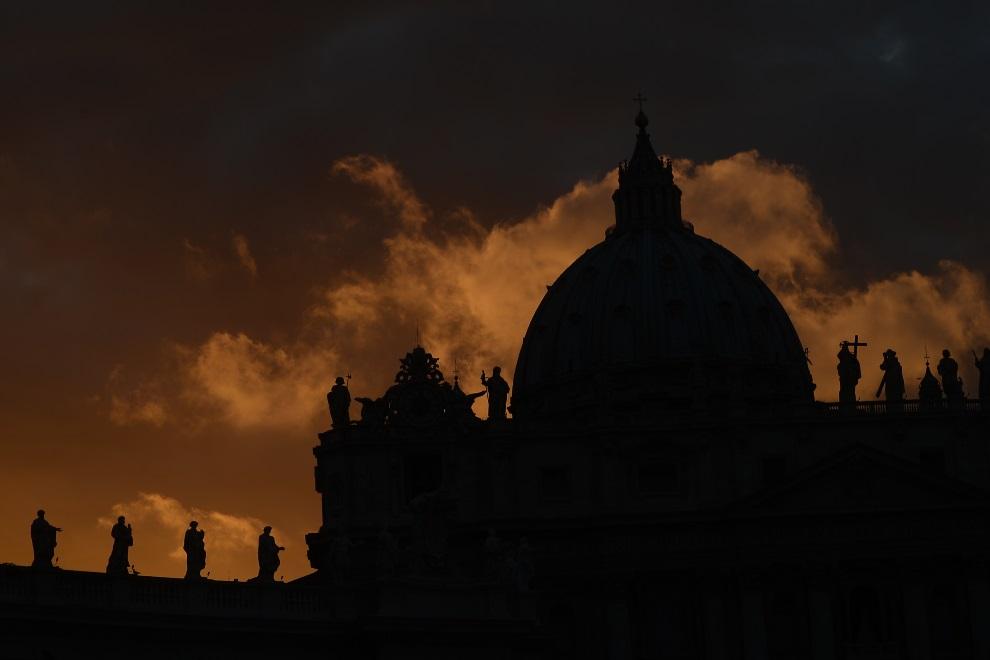 1.WATYKAN, 11 marca 2013: Bazylika św. Piotra w przededniu  konklawe. AFP PHOTO / FILIPPO MONTEFORTE