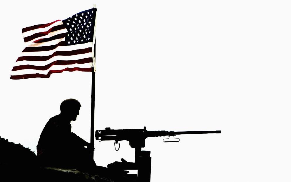 1.KUWEJT, 9 marca 2003: Amerykański  żołnierz z jednostki ochraniającej konwój w pobliżu granicy z Irakiem. (Foto:  Ian Waldie/Getty Images)