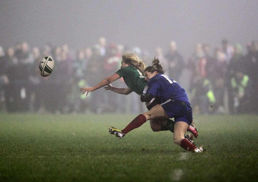 20.IRLANDIA, Ashbourne, 8 marca 2013: Caroline Ladagnous (Francja; po prawej) atakuje Alison Miller (Irlandia; po lewej) podczas meczu rugby. AFP PHOTO / PETER MUHLY