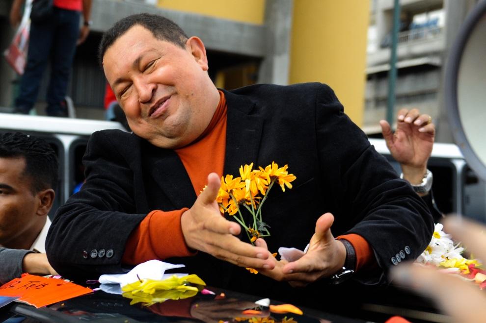 20.WENEZUELA, Caracas, 24 lutego 2012: Hugo Chavez żegnany przez swoich zwolenników przed wylotem na Kubę. AFP PHOTO/ Leo RAMIREZ