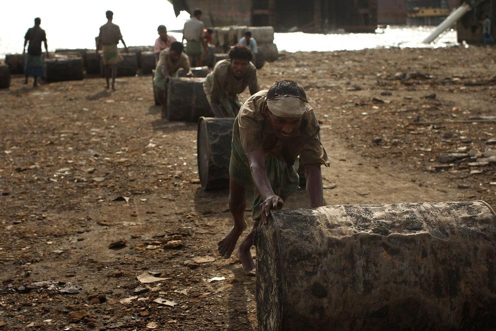 20.BANGLADESZ, Chittagong, 24 lipca 2008: Mężczyźni toczący beczki z ropą wypompowaną ze złomowanej jednostki. (Foto: Spencer Platt/Getty Images)