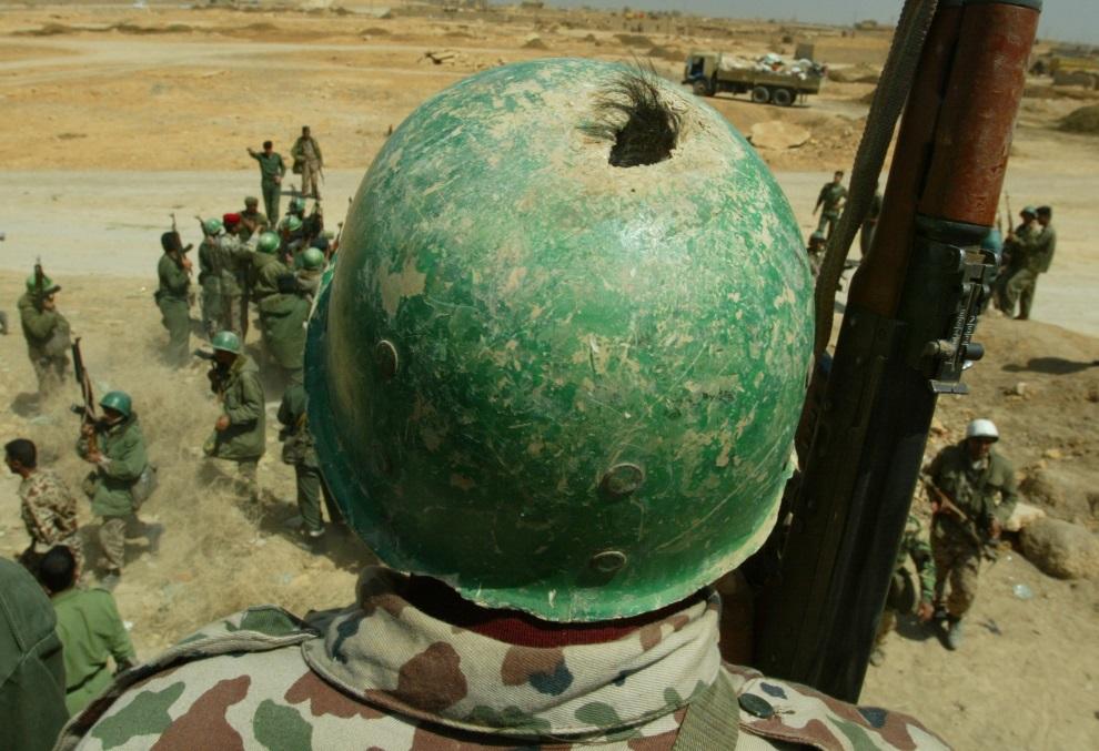21.IRAK, Bagdad, 3 kwietnia 2003: Żołnierz Gwardii Republikańskiej w przestrzelonym hełmie. AFP PHOTO/PATRICK BAZ