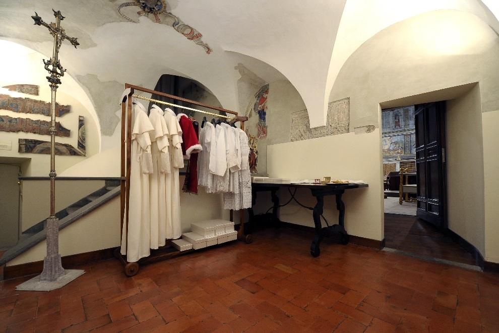 """21.WATYKAN, 12 marca 2013: Mały pokój, zwany """"Pokojem łez"""",  sąsiadujący z Kaplicą Sykstyńska, gdzie na przyszłego papieża czekają jego szaty. AFP PHOTO/OSSERVATORE ROMANO"""