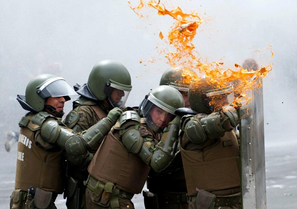 21.CHILE, Santiago, 7 marca 2013: Policjanci w trakcie starć ze studentami. AFP PHOTO/Claudio SANTANA