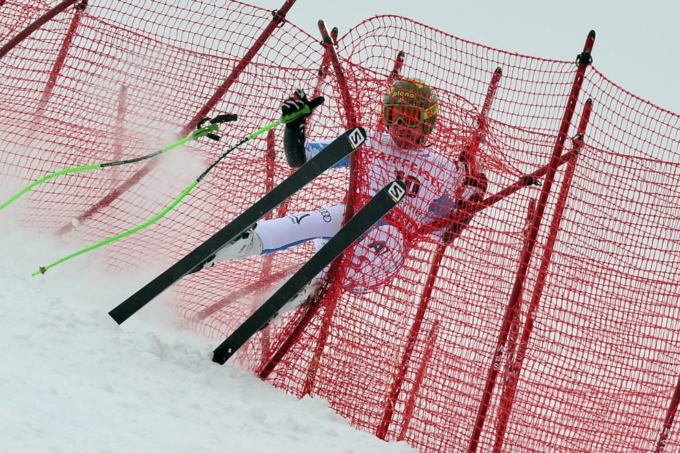 21.SZWAJCARIA, Lenzerheide, 14 marca 2013:  Austriak Klaus Kroell wypada z trasy podczas zawodów w Lenzerheide. AFP PHOTO / FABRICE COFFRINI