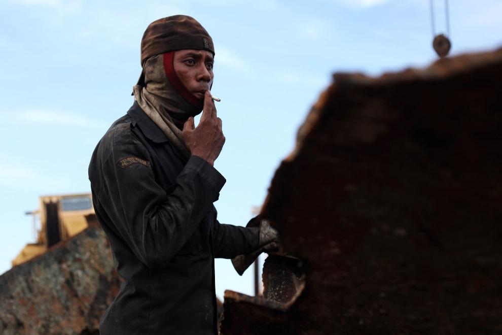 22.IDONEZJA, Cilincing, 22 MARCA 2010: Pracownik stoczni robi sobie przerwę na papierosa. (Foto: Ulet Ifansasti/Getty Images)