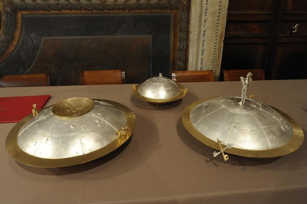 23.WATYKAN, 12 marca 2013: Urny, do których swoje głosy składają kardynałowie. AFP PHOTO/OSSERVATORE ROMANO