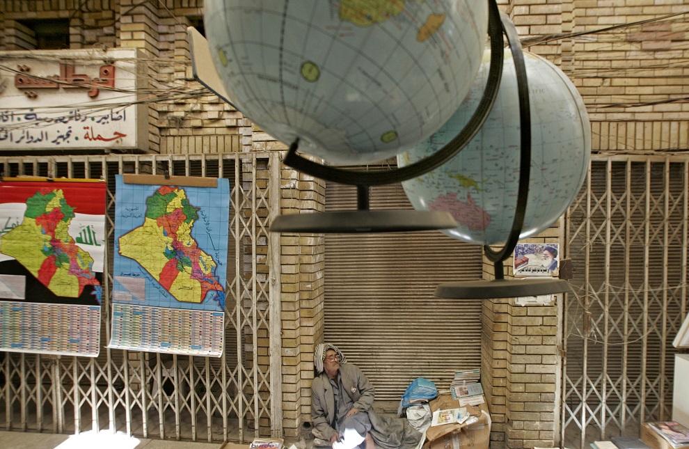 23.IRAK, Bagdad, 27 marca 2006: Irakijczyk na ulicy w Bagdadzie. AFP PHOTO/KARIM SAHIB