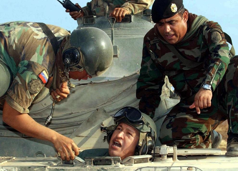 23.WENEZUELA, Maracaibo, 11 kwietnia 2004: Hugo Chavez wychodzi z wnętrza czołgu. AFP PHOTO/Presidencia