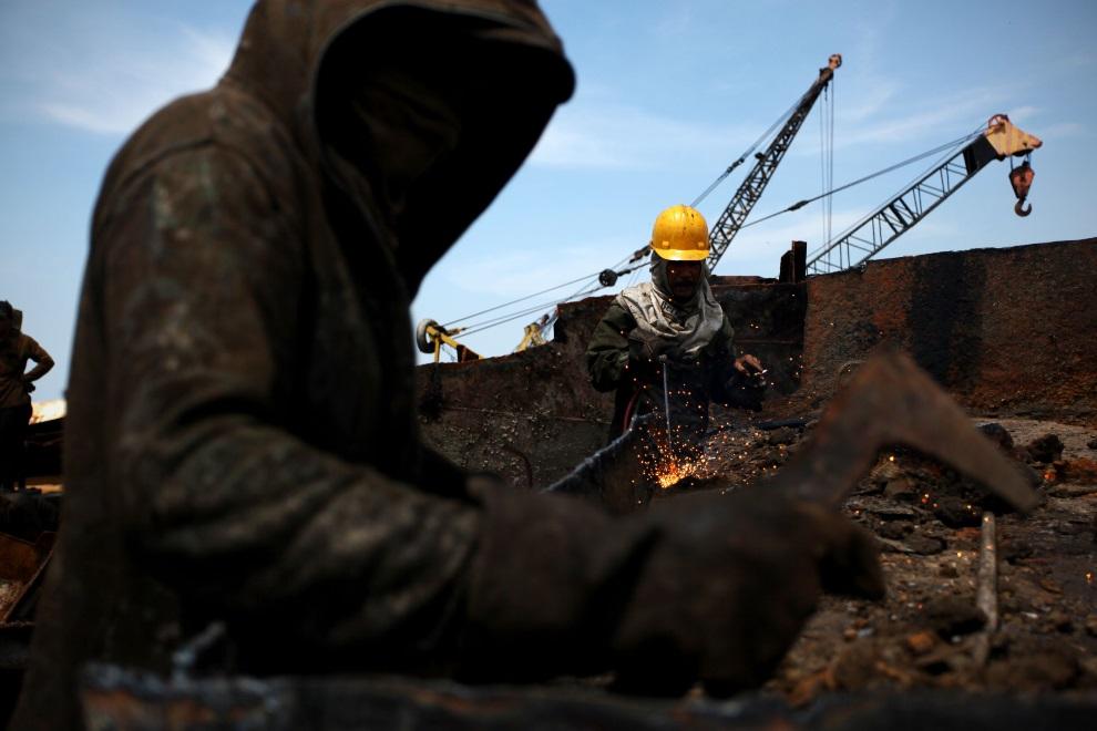 23.IDONEZJA, Cilincing, 22 MARCA 2010: Mężczyźni pracujący przy rozbiórce statku. (Foto: Ulet Ifansasti/Getty Images)