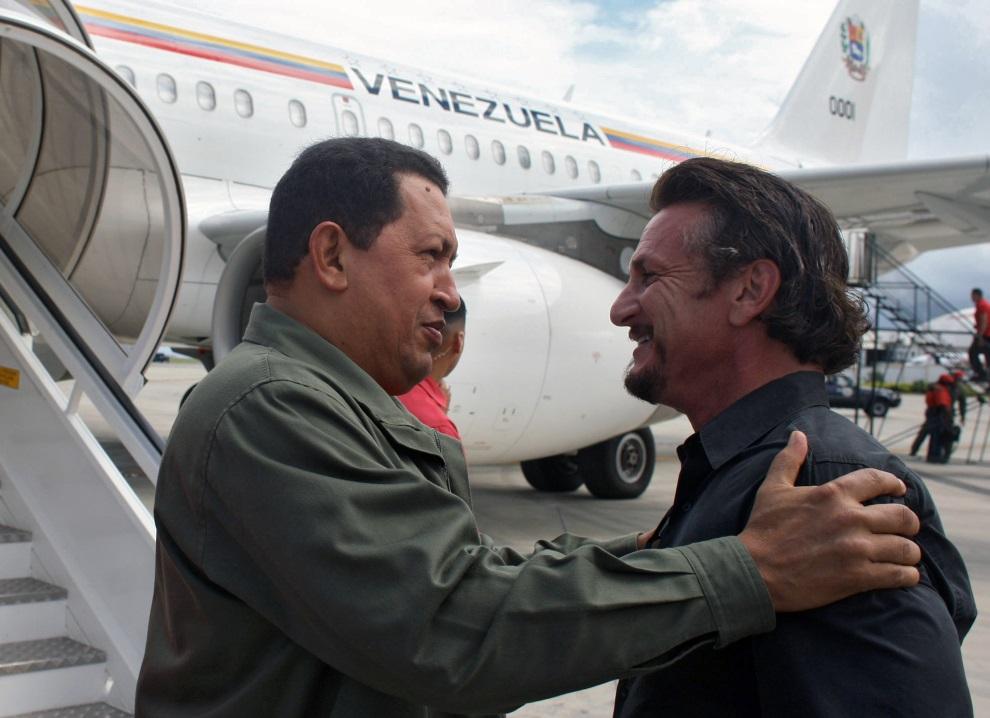 24.WENEZUELA, Cumana, 19 października 2008: Sean Penn wita się na lotnisku z Hugo Chavezem. AFP PHOTO / PRESIDENCIA - Marcelo Garcia