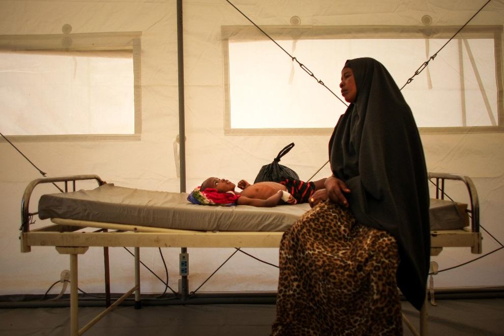 24.SOMALIA, Mogadiszu, 4 marca 2013: Kobieta czuwająca przy swoim leczonym synku. AU-UN IST PHOTO / STUART PRICE