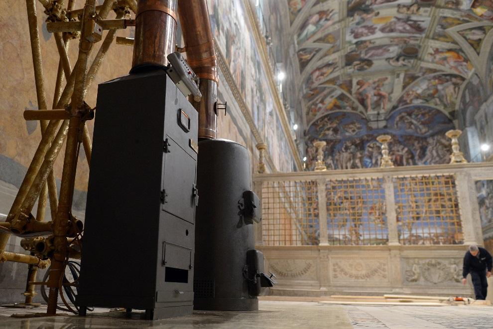 24.WATYKAN, 8 marca 2013: Piec znajdujący się Kaplicy Sykstyńskiej, w którym palone są głosy kardynałów po zakończonym głosowaniu. AFP PHOTO / OSSERVATORE ROMANO