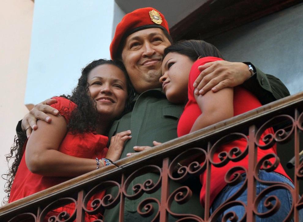 25.WENEZUELA, Caracas, 4 lipca 2011: Hugo Chavez przytula swoje dwie córki: Marię (po lewej) i Rosę. AFP PHOTO/Leo Ramirez
