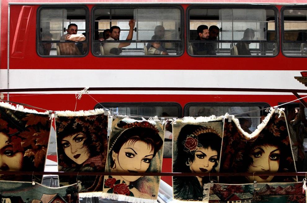 25.IRAK, Bagdad, 23 maja 2005: Autobus przejeżdżający przez bazar w Bagdadzie. AFP PHOTO/SABAH ARAR