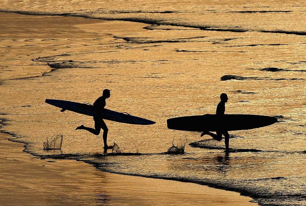 25.AUSTRALIA, Anglesea, 10 marca 2013: Ratownicy uczestniczący w zawodach na plaży w Anglesea. (Foto: Quinn Rooney/Getty Images)