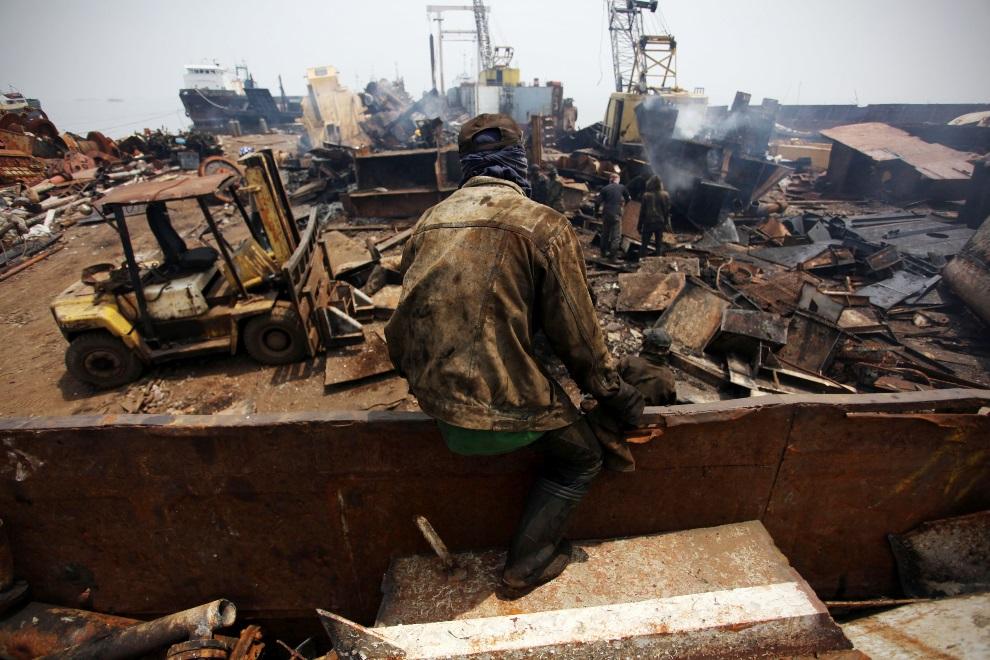 25.IDONEZJA, Cilincing, 23 MARCA 2010: Widok na nabrzeże stoczni w Cilincing. (Foto: Ulet Ifansasti/Getty Images)