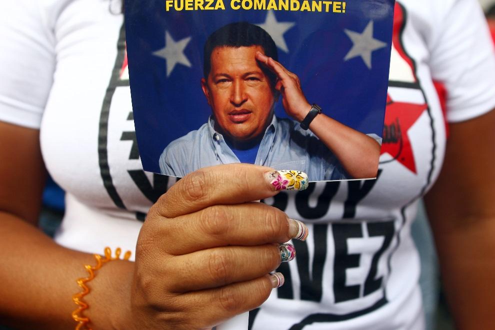 26.WENEZUELA, Caracas, 18 lutego 2013: Zwolenniczka Hugo Chaveza wita prezydenta powracającego z Kuby. AFP PHOTO/ GERALDO CASO