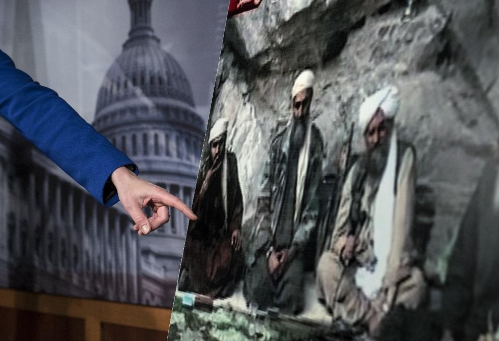26.USA, Waszyngton, 7 marca 2013: Senator Kelly Ayotte wskazuje na Sulaimana Abu Ghaitha, zatrzymanego na Bliskim Wschodzie. AFP PHOTO/Brendan SMIALOWSKI