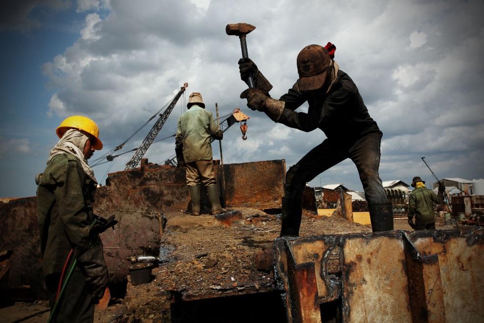 26.IDONEZJA, Cilincing, 22 MARCA 2010: Pracownicy stoczni pracujący przy rozbiórce statku. (Foto: Ulet Ifansasti/Getty Images)