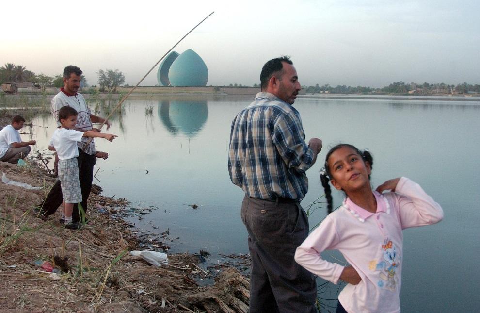 27.IRAK, Bagdad, 14 maja 2003: Rodzina wędkująca w jeziorze w pobliżu  pomnika Al-Shaheed. AFP PHOTO/Romeo GACAD