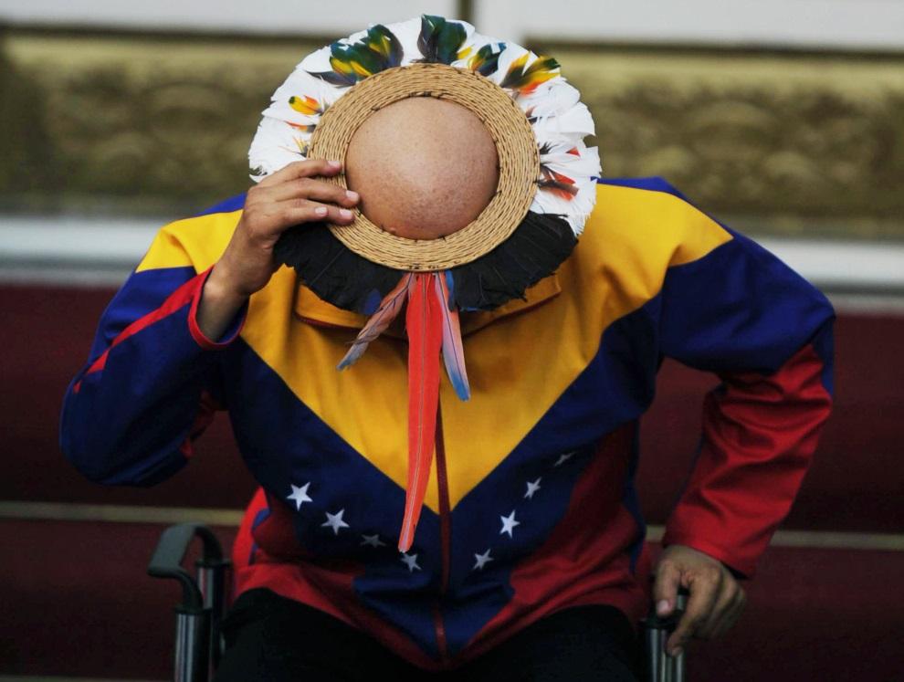 27.WENEZUELA, Caracas, 10 września 2011: Hugo Chavez w tradycyjnej ozdobie założonej na głowę. AFP PHOTO/Juan BARRETO